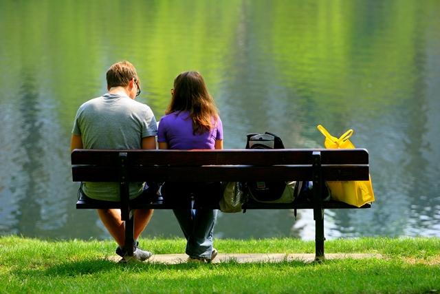 湖にいるカップル