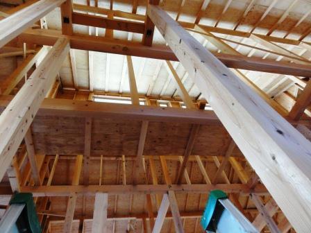2階から屋根裏を見る