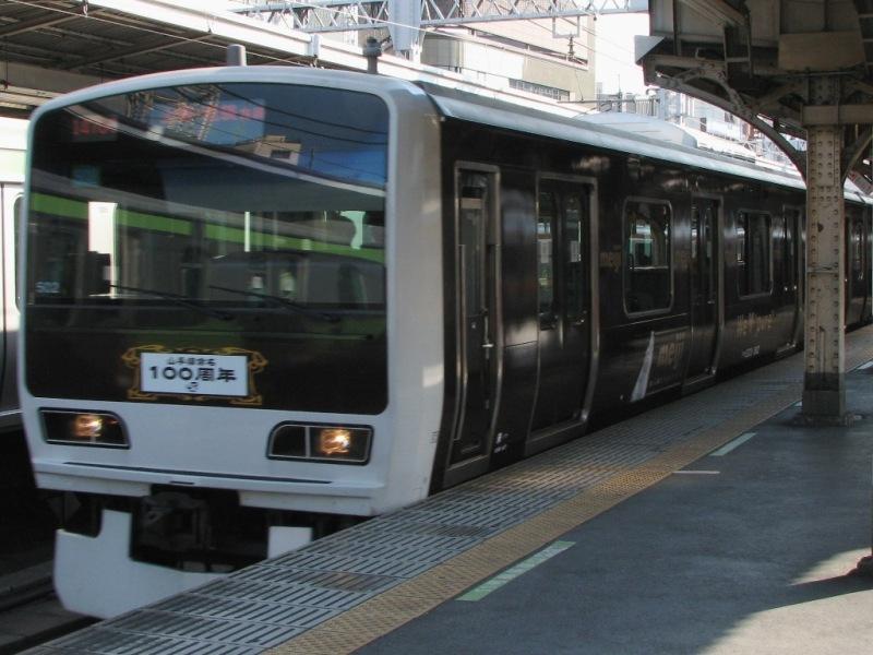神田駅に入線するチョコレート電車