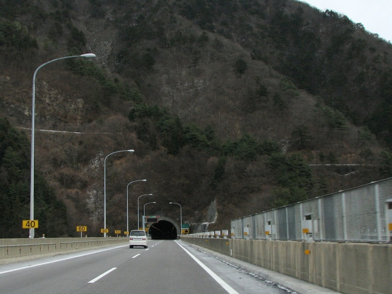 山の斜面に道路