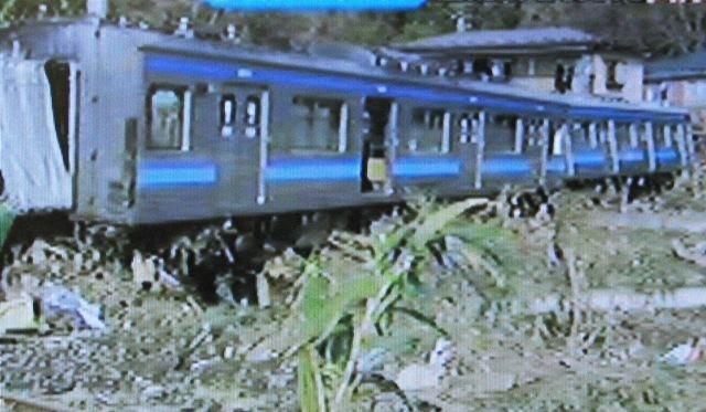 脱線した仙石線の電車