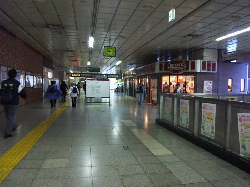 暗い駅構内
