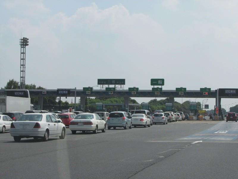 渋滞する一般レーン