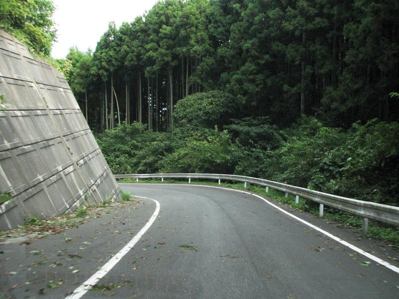 狭い舗装道路