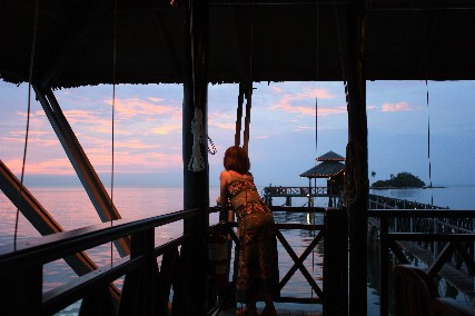 ビンタンケロンの夕日を眺めるマキ