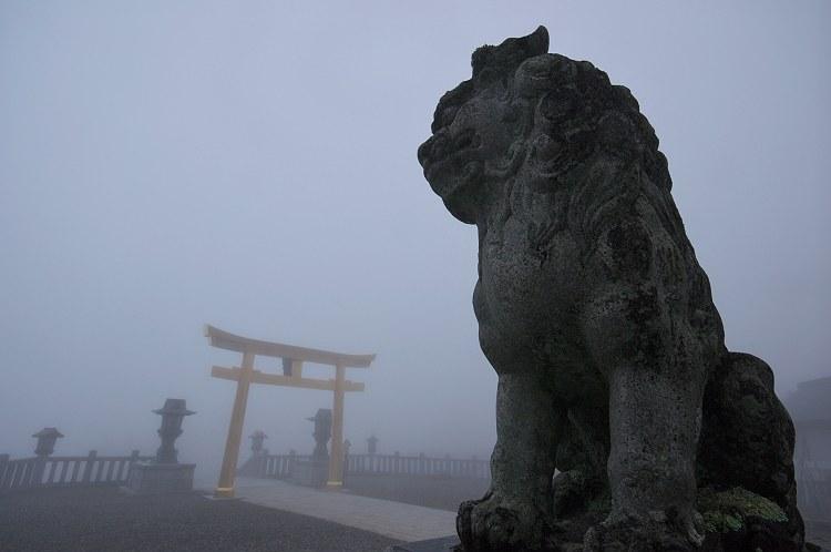 靄煙る秋葉神社 三