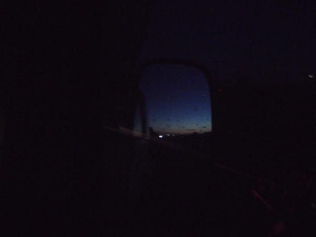 タイタンのサイドミラーに映った朝焼け