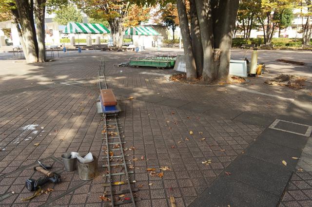日野のスポーツ公園にレールを敷き始めます