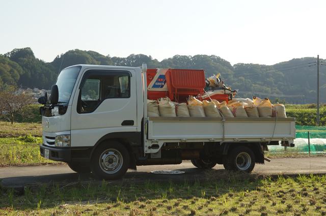 脱穀機と籾袋を載せたマツダタイタン