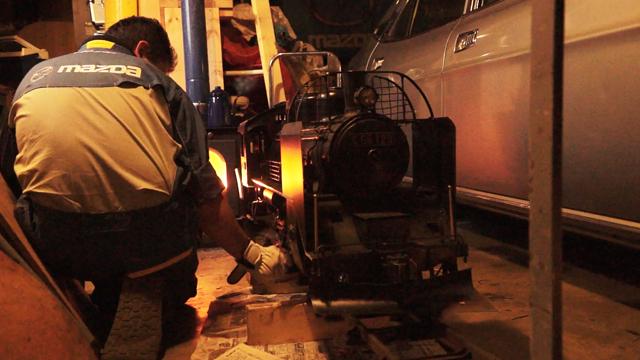 飯山線冬装備C56 129を早朝の庫で磨く