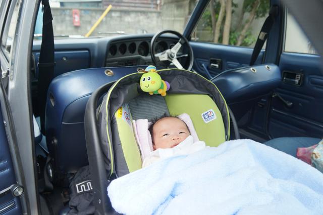 マツダルーチェに乗った、生後一か月の赤ちゃん