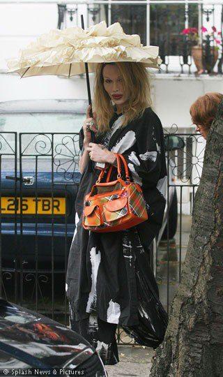 英国は日本ほど陽射しが強くないと思うんだけど\u2026バッチリUVケアですか、姐さん。 この日傘、乙女っぽくて可愛いな。 ヴィヴィアンのバッグを腕にかけるあたり、所作が