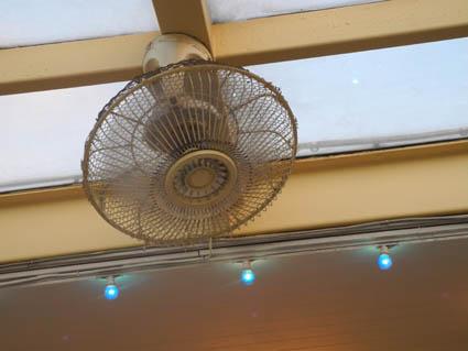 場末ビアホールのような扇風機