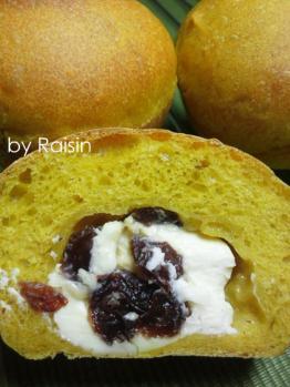 20120922クリームチーズinかぼちゃパンbyレーズン酵母01