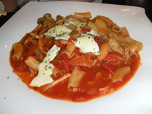 ローマの休日モッツァレラときのこのトマトソース
