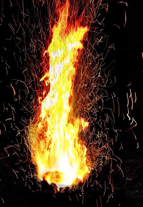 噴きあがる炎4