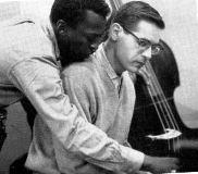 """ピアノの前で打ち合わせるマイルスとビル・エヴァンス  """"スケルツォ倶楽部"""""""