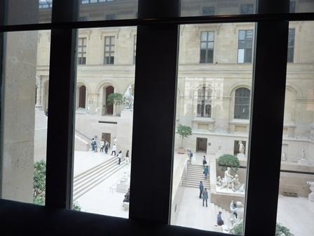 窓から見える彫刻