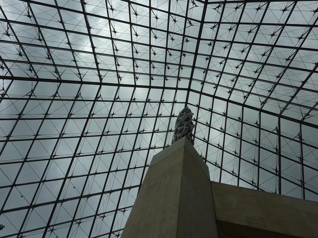 ガラスのピラミッドを下からみる