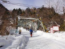 林道の橋を渡る
