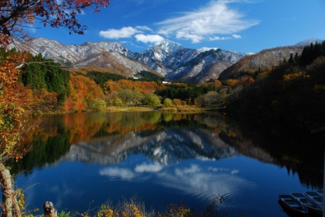 紅葉の大源太湖