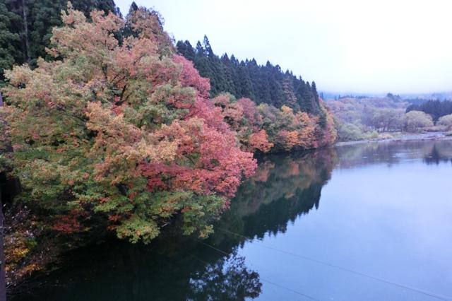 湖面に写る紅葉