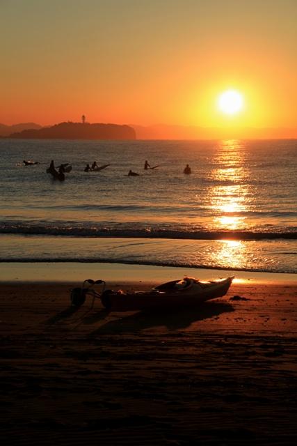 波を待つサーファー