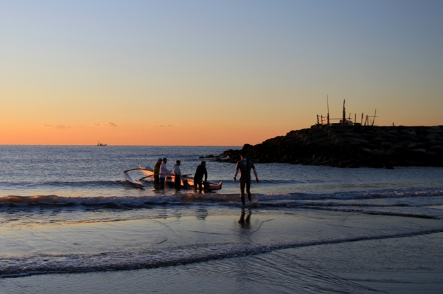 海原へ漕ぎ出すアウトリガーカヌー