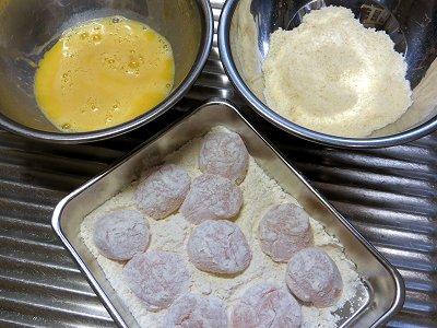 小麦粉を付けたら卵液ボウルに次いでチーズパン小ボウルにdownsize