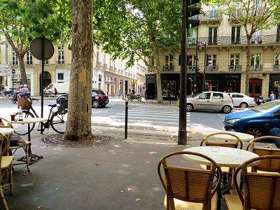 木陰が濃いカフェのテラスは夏の憩いdownsize