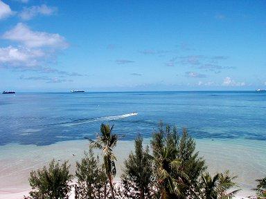 遠浅の砂地はサンゴのかけらで出来てますdownsize