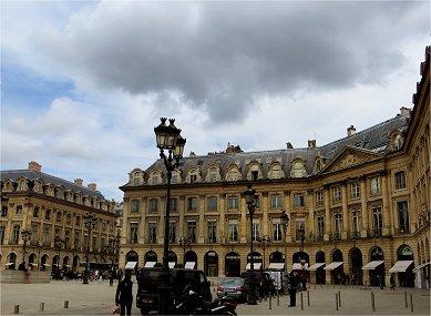 八角形の広場を高さの揃った重厚な建物が囲むREVdownsize