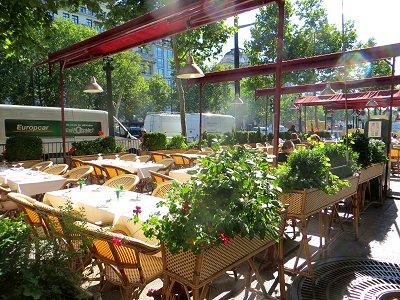 朝陽を浴びるシャンゼリゼのカフェはまだ準備中downsize