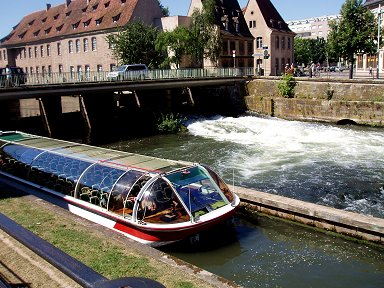 運河の堰を観光船が行くdownsize