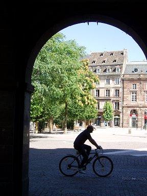 通り抜けを進むと自転車のオジさんと会ったdownsize