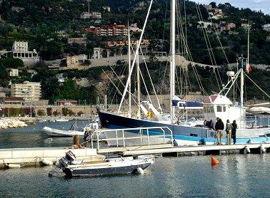 船出の準備をする漁船REVdownsize