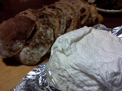 やぎのチーズとシュトーレンのパン