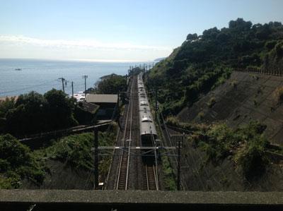 小田原市石橋から東海道線を望む