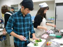 120225-01野菜を切ってます