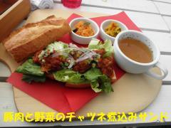 豚肉と野菜のチャツネ煮込みサンド