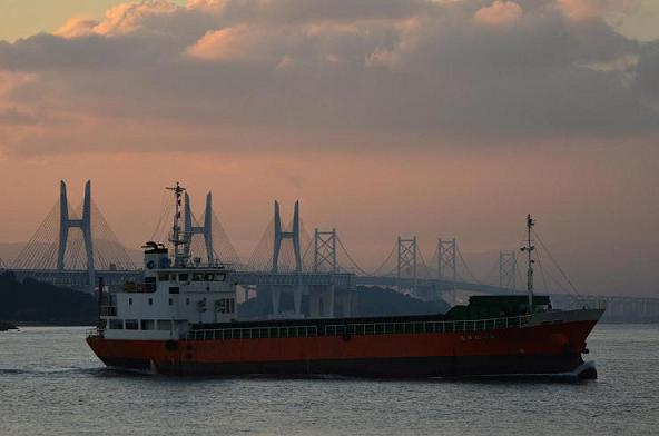 船と瀬戸大橋