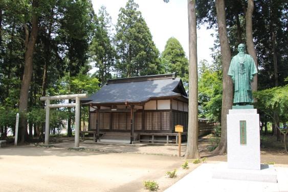 神社と植芝盛平大の銅像