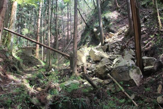 途中の崖崩れ