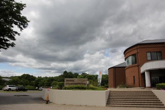 考古資料館からの広場