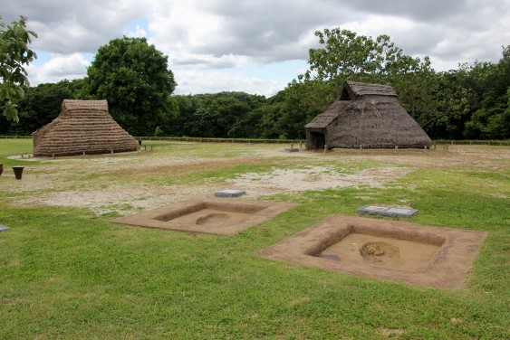 竪穴式住居と墓墳