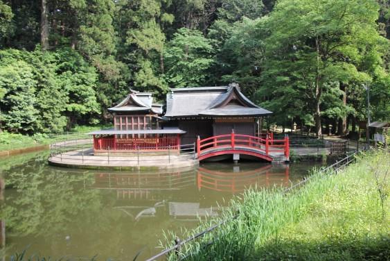 池上に浮かぶ厳島神社