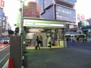 渋谷駅仮9番出入口。下りエスカレータの増設工事が進められている。