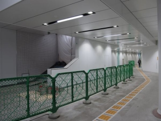 副都心線渋谷駅仮16番出入口の通路の途中で建設が進む本設の階段。