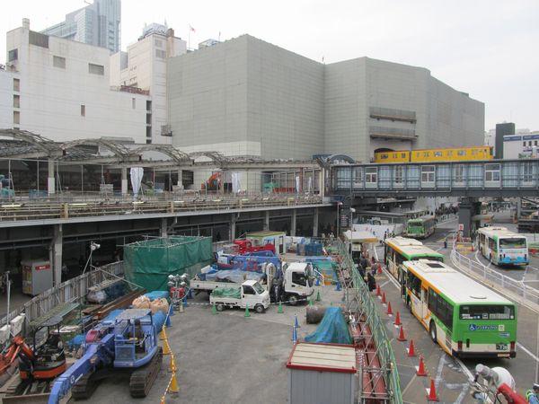 渋谷駅東口駅前歩道橋から見た解体中の旧東横線渋谷駅と東急百貨店東横店東館。手前の東口ロータリーでは渋谷川移設・地下調整池の建設が進めれれている。