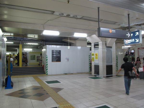 旧東横線渋谷駅正面改札口跡地。ホーム入口は完全に覆われ、床の一部がかさ上げされた。